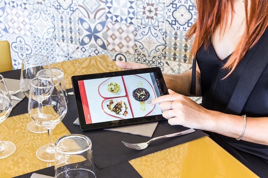 Ogni tavolo è dotato di tablet